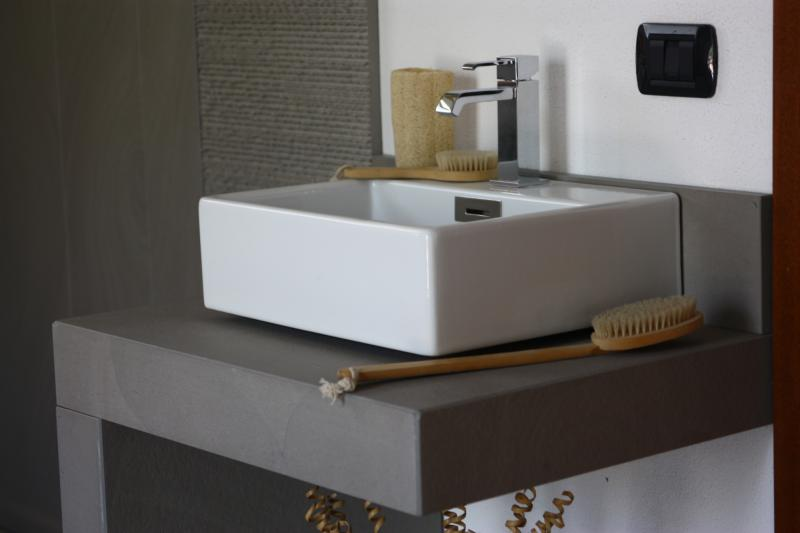 Plans de travail en pierre naturelle marbre et granit pour for Plan travail salle de bain